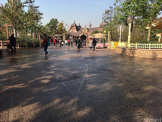 朝はパーク内に水をまいてる?パーク全体が濡れていたので靴によっては滑りやすいので注意してください!