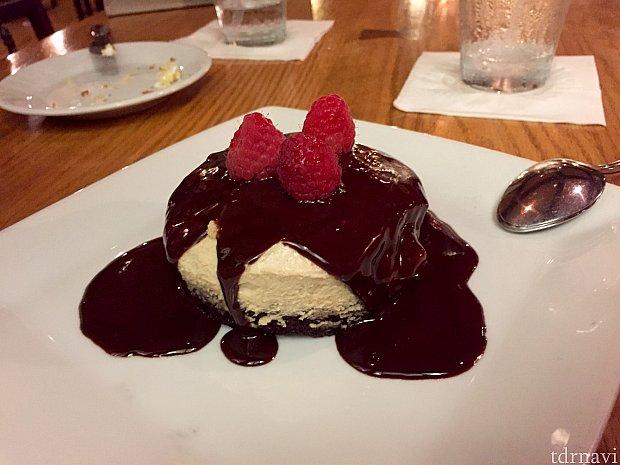 デザートはピーナッツバター チーズケーキ。これは…見た目通り、甘過ぎで僕は2口でお腹一杯でした。