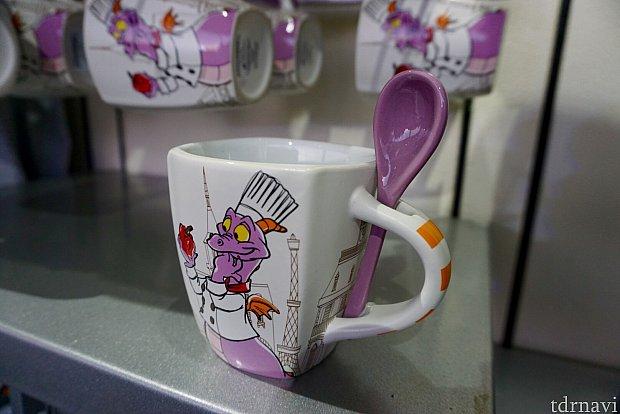 スプーン付きのマグカップ。