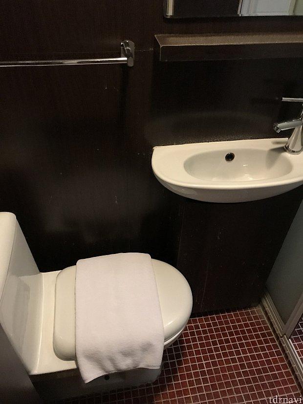 洗面台はとても狭く、頭がやっと入るぐらいです笑💦