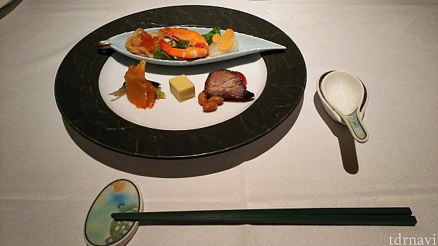 前菜です。海老やチャーシューなのがありました。豆腐は甘くて衝撃的でした(笑)ミッキーは漬物です
