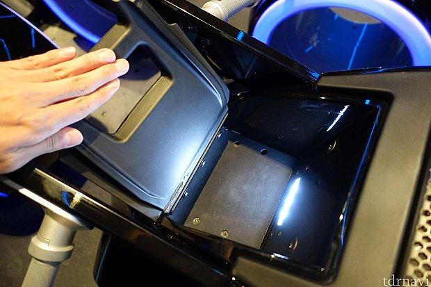 スマホやデジカメは、この小物入れに入れましょう。底はゴム製で柔らかいです。