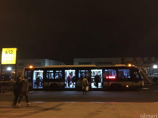 上海浦東空港ではバスでターミナルまで移動。寒かった〜😰
