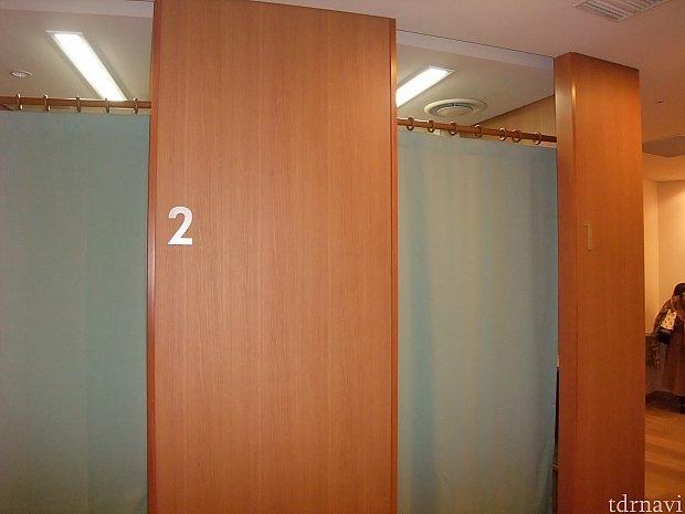 記入を終えて記入台の左側に行くと年間パスポートに必要な顔写真を撮影するお部屋に入ります。 お部屋は3つあります。