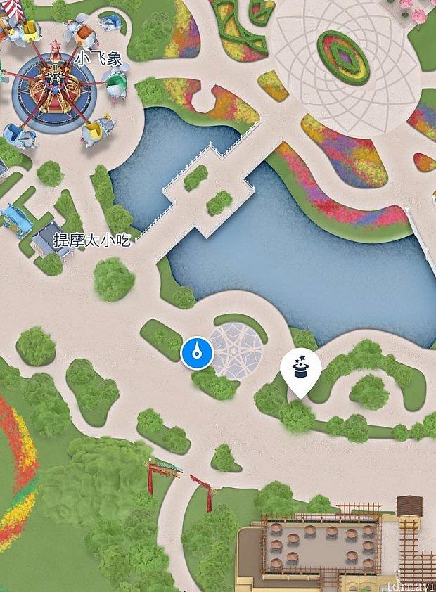 """ディズニータウンに抜ける小道の前にある小さな広場""""音悦園""""でやっています。"""
