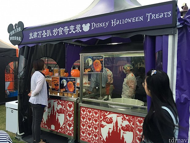 会場横にはテントでいくつかお店が出店していています。ハロウィン限定のドリンクや綿アメも売られていました。