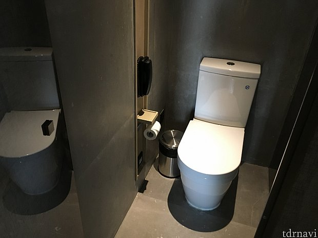 トイレはシャワールームの隣。モダンな感じですね