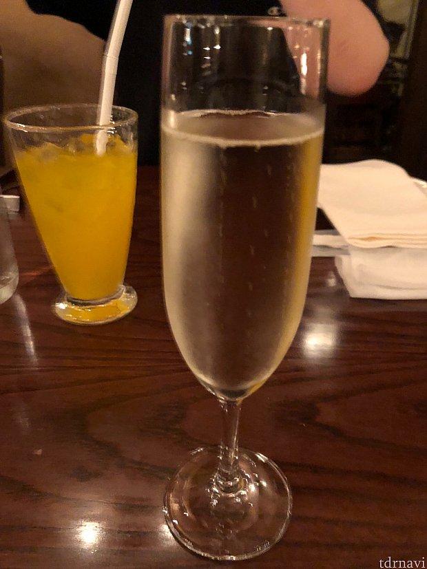 スパークリングワイン🍷とジュース🥤で乾杯🥂 ワイン少々苦手でも飲めました。(ソフトドリンクはおかわりできます)