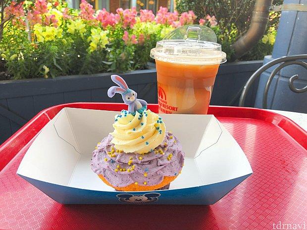 カップケーキ(45元)とアイスカフェオレ(25元) テラスが気持ち良い季節♪