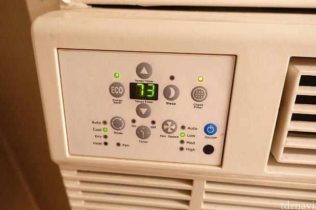 左上にエアコンの操作パネルがあります。 高い位置でよく見えない・・・。今気づいたのですが、sleepモードにしたら静かになったのかな・・・