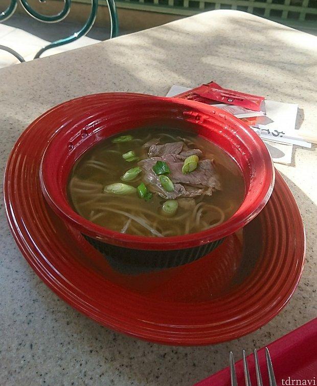 こちらはベトナムの「牛肉フォー」 春雨に似た麺のお料理です。