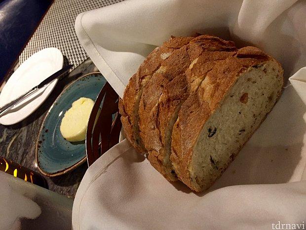 無料で出されるパンは、レストランの評価で大事なところです。パンが美味しいと料理も美味しいのではないかと期待してしまいます。バターも大きく、天然のシーソルトが添えられています。