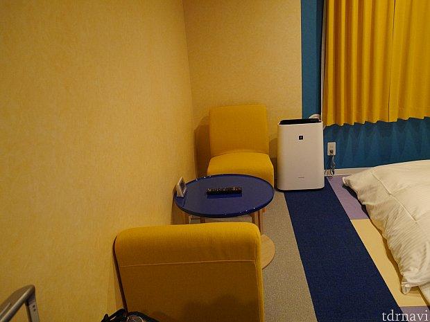 椅子、テーブル、空気清浄器があります!客室はカラフルで可愛いです☆