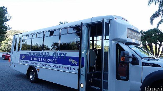 シャトルバスは便利だけど、ちょっと本数が少ない、歩いたほうが早く着くと思います。