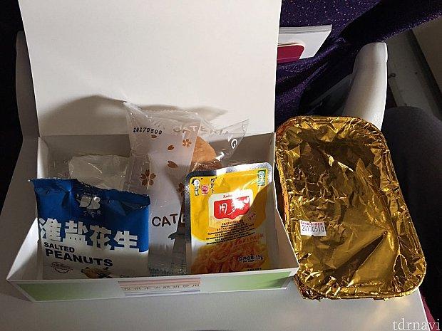 箱の中身はピーナッツ、パン、漬物。