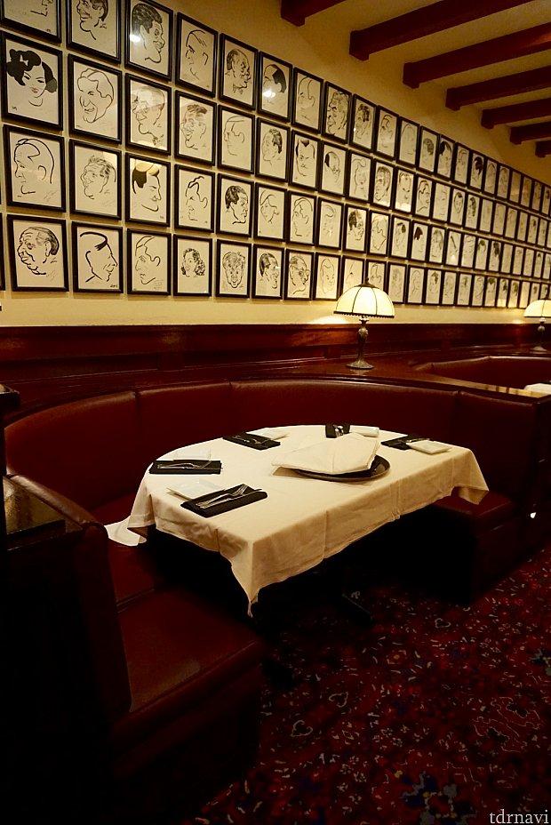 壁のイラストはレストランを訪れた有名人達。このレストランの特徴の一つのようです。