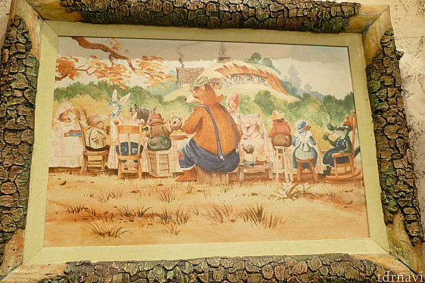 こちらレジカウンター左側に飾られてる絵画。隠れミッキーがあるのわかりますか?