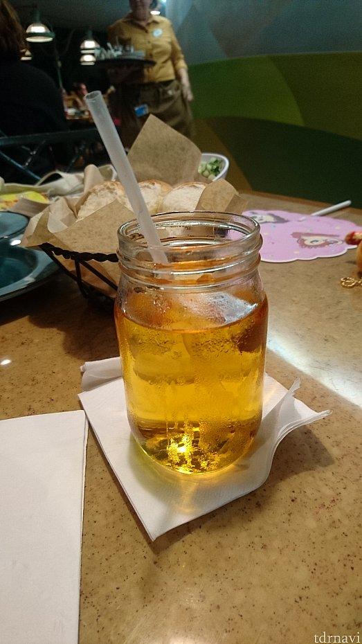 リンゴジュースです。飲み物はジャーでやってきました!