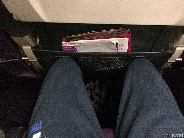 身長174cmの僕が深く座ってこの感じでした。リクライニングはとてもじゃないけど、下げられません。