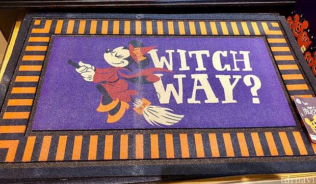 玄関マット。whichと witchを掛けているんですね。$34.99