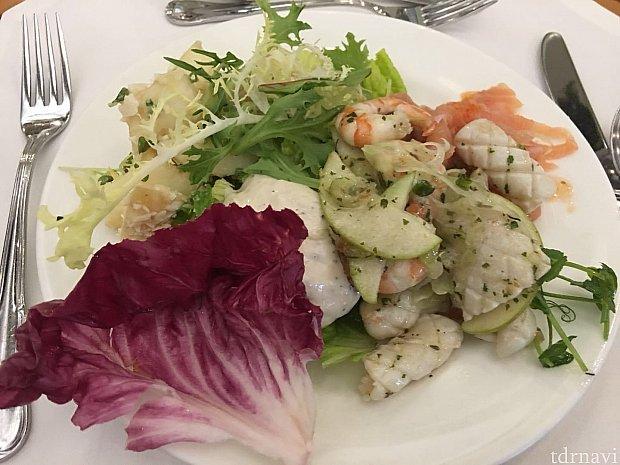 料理は和洋中よりどりみどりの食べ物から好きなものを好きなだけ選ぶことができます。