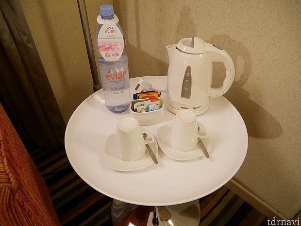 ポットやお茶のパック。 こちらの水は有料です。