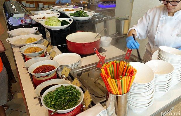 ここではお好みの具材と麺でヌードルを作ってくれます。