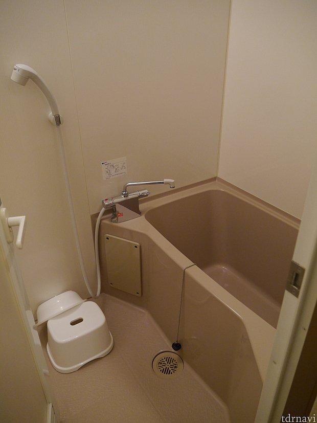 お風呂は洗い場付ですが、少し狭いです・・