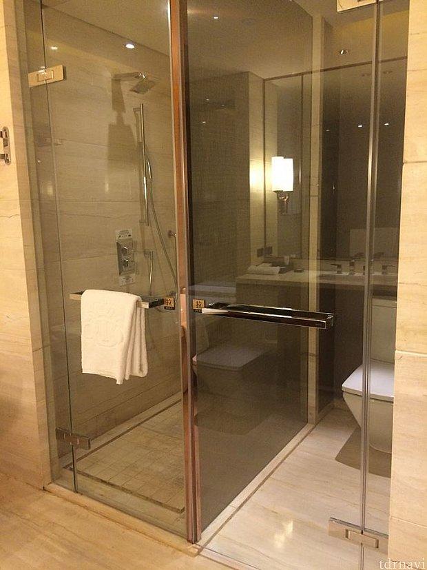 バスルーム内はトイレとシャワーブース、バスタブと洗面台があり、とても広いです。