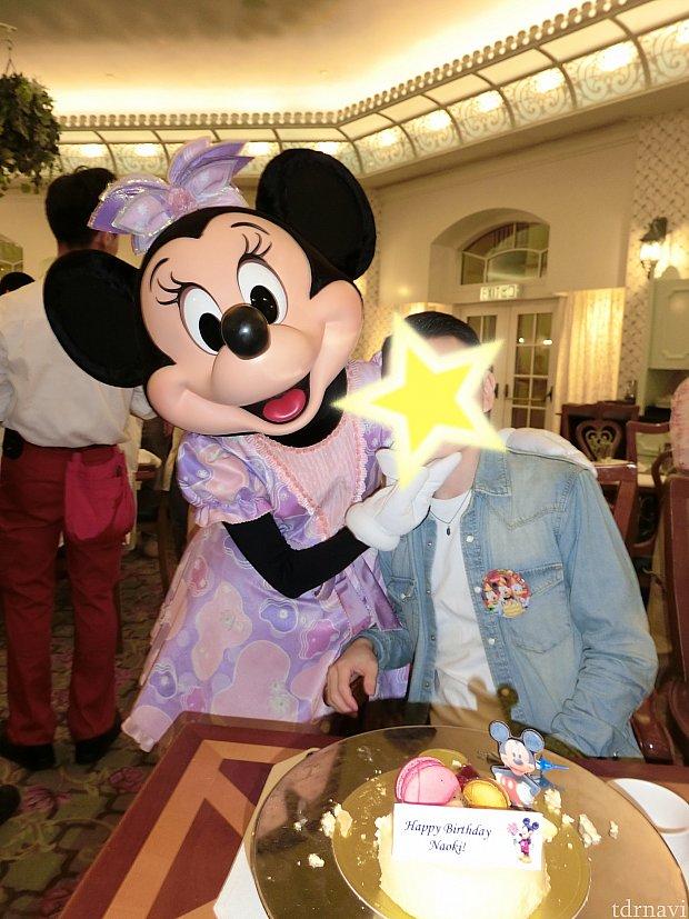 ミニーちゃん彼に顎クイしてますね!積極的なミニーちゃんに彼も恥ずかしそうでした!笑