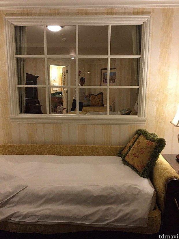 隣の部屋から姉が手を振ってます…私はこの補助ベッドで寝ました^^