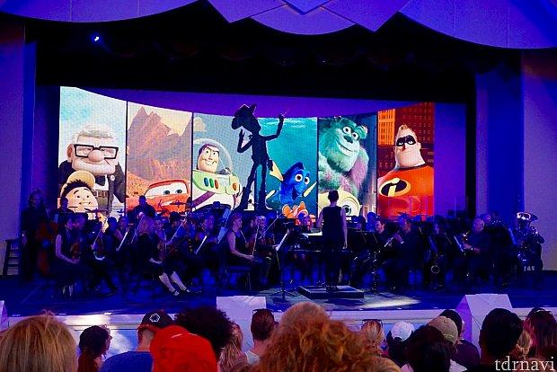 夏季限定で始まったばかりの「Pixer Live!」のオーケストラ演奏の優先席チケットが付いてくるダイニングパッケージです。