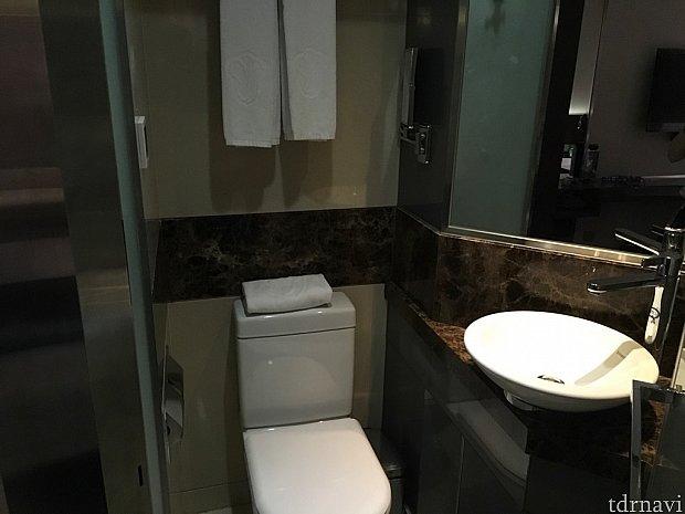 洗面台とトイレ。ちょっと狭い…!