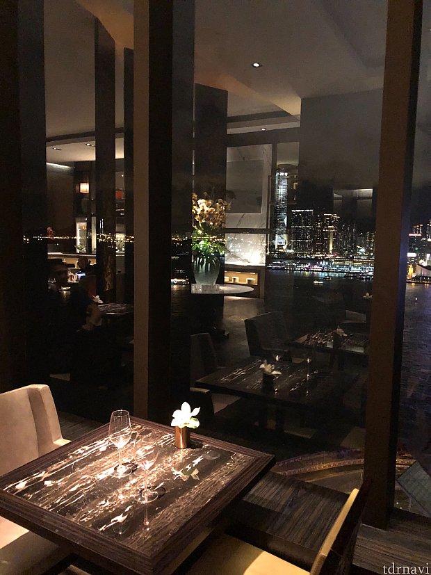 ラウンジからも客室からも九龍島の夜景が一望できます。