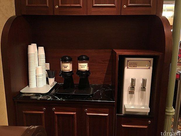 コーヒーとホットチョコレートがありました。セルフサービスですが無料で頂けます。