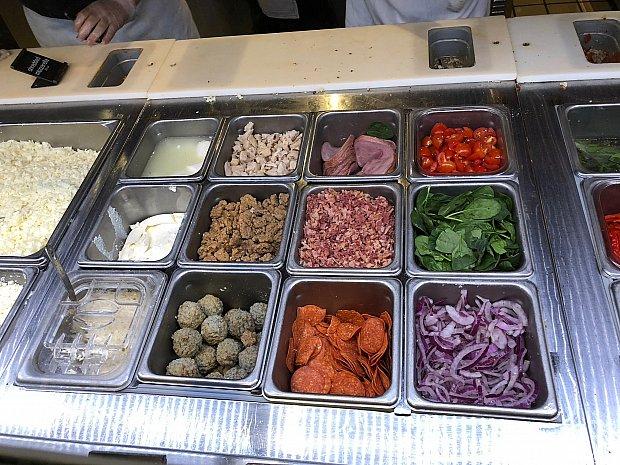 肉類を選び、その後野菜を選びます。なんだかサブウェイサンドイッチに来たみたい。