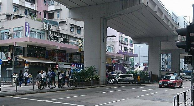 ホテルの裏に回ると、直ぐ地下鉄駅の入り口が見えてきます。