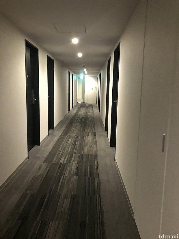 廊下はシンプルですっきりとしています。奥に見えるのはまたまたルンバ。