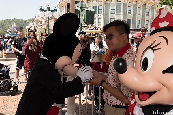 今度は、ミッキーがサインしています。その前を「私を撮ってよ」と言わんばかりに行進するミニー。