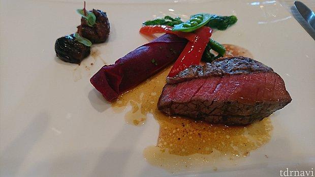牛フィレ肉のグリル イチジクのコンポートとビーフのジュ  茄子とビーツのカネロニ仕立て