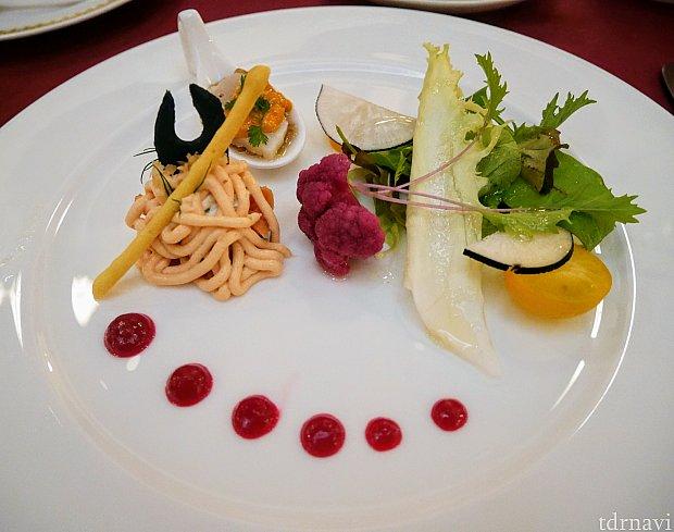 【前菜】マレフィセントをイメージ。サーモンクリームの下にはスモークサーモンが入ってます。赤はビーツのソース。