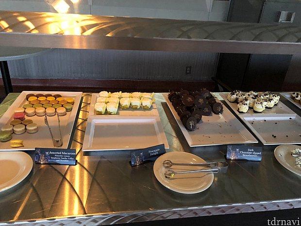 ケーキも種類豊富にあります。