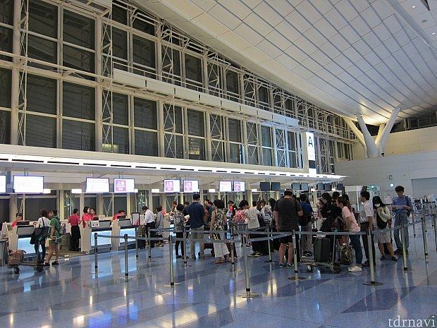 木曜夜の羽田空港、Peachチェックインカウンター。20~30分ほど並びましたが、チェックイン自体はスムーズでした。