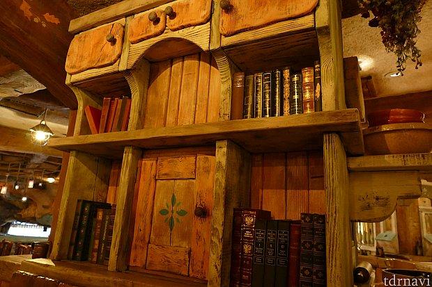 私たちが食べた席のまわりにはたくさんの本が・・・。ここはクリッター達の図書室。