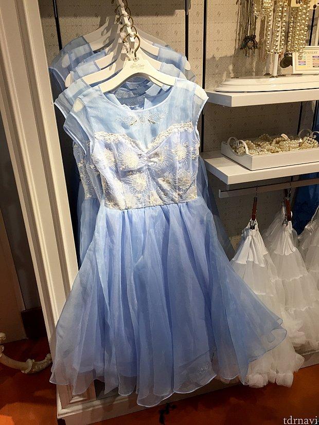 最後はシンデレラがテーマのドレスです。良い色していますね。価格は$198。