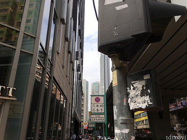 ホテル付近の交差点。手前が「ドーセットモンコック香港」、奥が「ローズデールホテル九龍」。隣り合っています