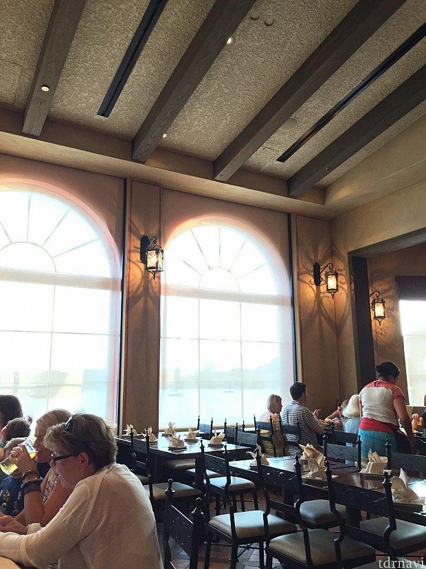 比較的新しいレストランなのでインテリアは綺麗です。