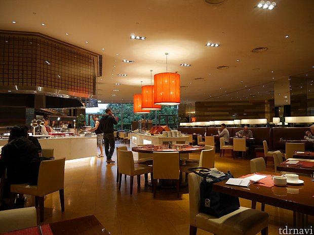 【朝食】朝食はロビー階にあるレストランのブッフェを利用しました。空港に近いからかCAさんやパイロットらしき人がちらほら利用してました。