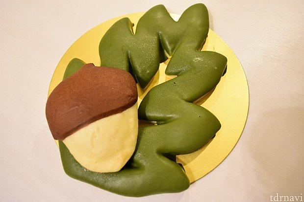 食べる前にいろんなパターンで楽しむ①シンプルに葉っぱとどんぐり。