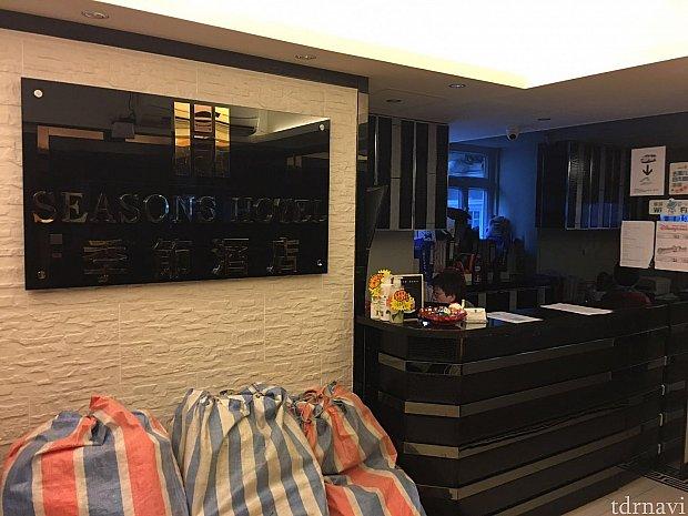 ホテルのフロントはこんな感じです。